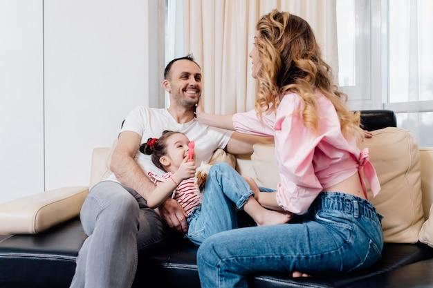 집에서 재미 작은 딸과 함께 행복 한 가족. 여름 방학.