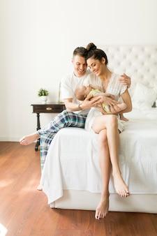 Счастливая семья с новорожденным ребенком