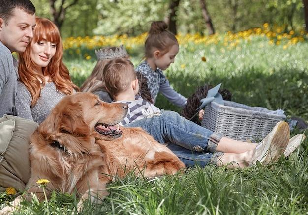 여름 날에 피크닉에 애완 동물과 함께 행복 한 가족. 활동적인 레크리에이션의 개념