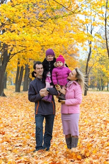 屋外で笑顔で幸せな家族