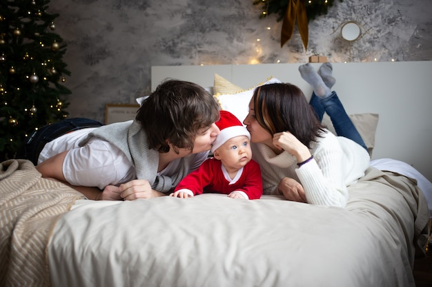クリスマスに赤ちゃんと幸せな家族