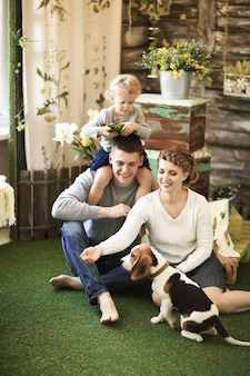 Счастливая семья со своим питомцем дома в воскресенье.