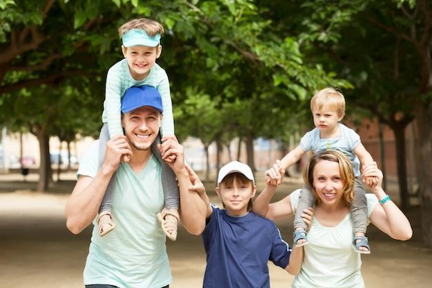 Счастливая семья с тремя детьми