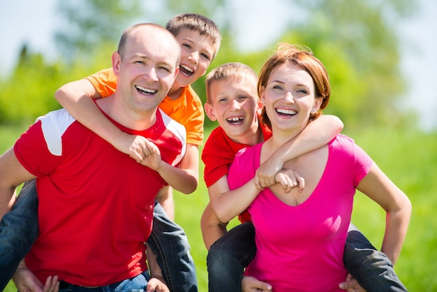 자연에 두 아이 함께 행복한 가족-행복 개념