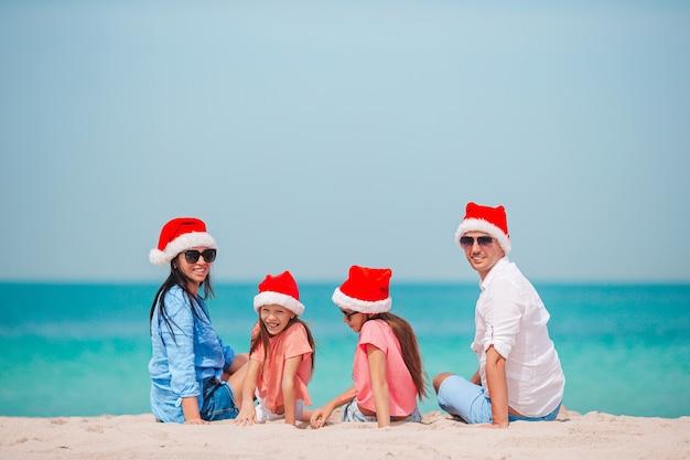 여름 휴가에 산타 모자에 두 아이들과 함께 행복한 가족