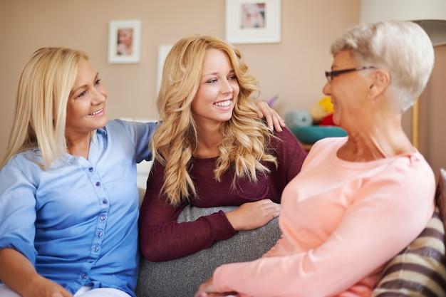 家で一緒に話している幸せな家族の女性