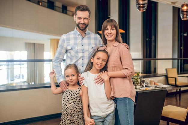 Счастливая семья. молодая милая семья стоит и выглядит счастливой
