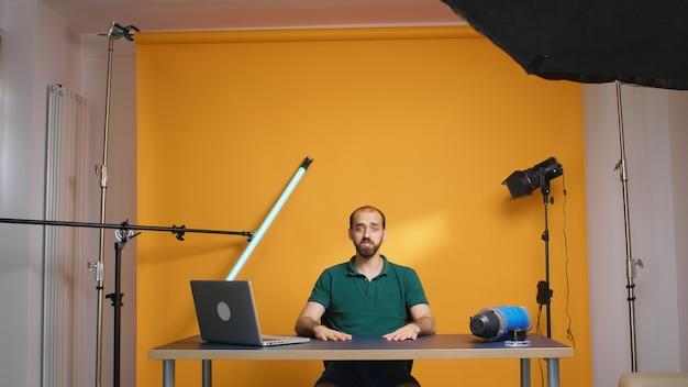 행복한 유명 콘텐츠 제작자가 자신의 브이로그와 구독자를 위한 소개를 녹음하고 있습니다. 소셜 미디어 팟캐스트 및 리뷰, 블로그 블로깅, 디지털 인터넷 웹 시대, 온라인 배포를 위한 인플루언서 녹음