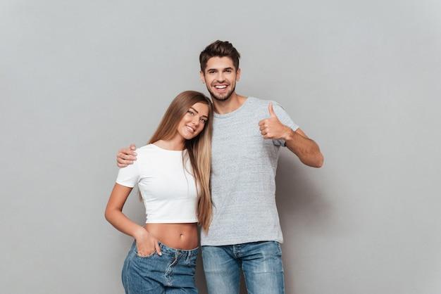 カメラを見て幸せなファッションカップル。