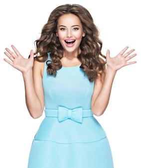표현 감정을 가진 행복 한 유행 여자입니다. 흰색 배경 위에 파란 드레스에 아름 다운 패션 모델