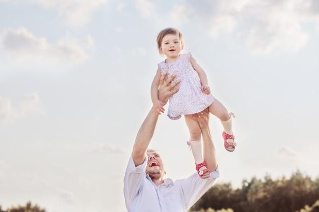 幸せな父と娘の屋外