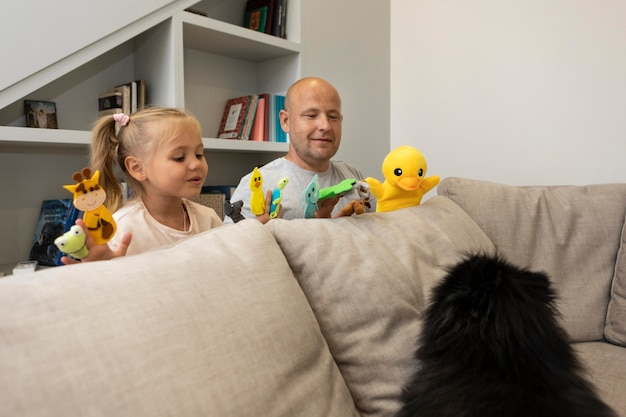 人形で遊ぶ幸せな父と娘