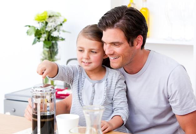 幸せな父と彼の娘は朝食を一緒に