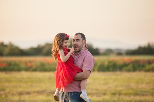 幸せな父と彼の娘