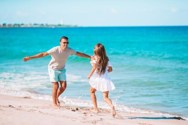 Счастливый отец и дочка на отдыхе