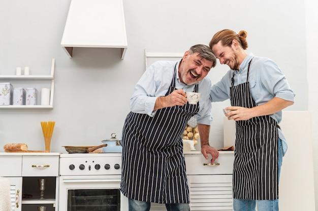 Счастливый отец и сын пьют кофе