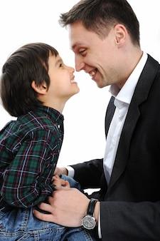 鼻で遊んでいる幸せな父と息子