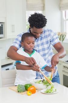 幸せな父と息子の野菜