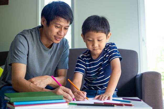 家で勉強して幸せな父と息子