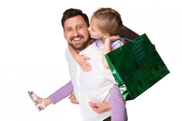 Padre e figlia felici con i sacchetti della spesa