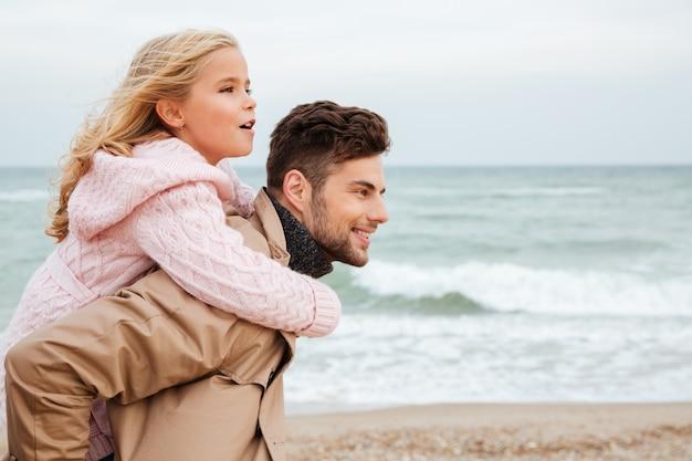 Счастливый отец с удовольствием