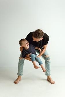 愛らしい幼い息子を抱き、微笑む幸せな父