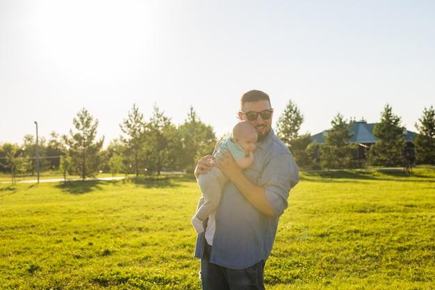 Счастливый отец держит маленького сына концепция счастливого семейного дня отцов и ребенка