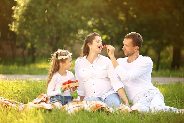 피크닉에서 딸과 임신 한 엄마의 행복 한 아버지