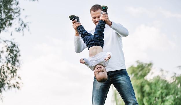 彼の幼い息子と遊んで幸せな父。父性の概念