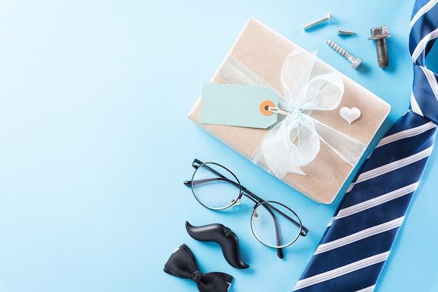 青いネクタイとテキストのコピースペースを持つ幸せな父の日のコンセプトです。