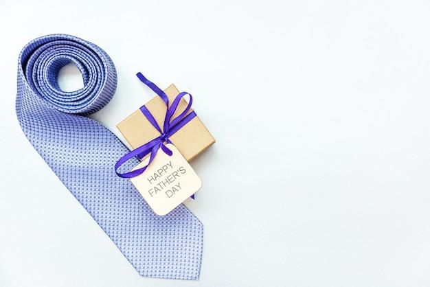 銀色の背景にネクタイとギフトボックスと幸せな父の日の碑文。ご挨拶とプレゼント