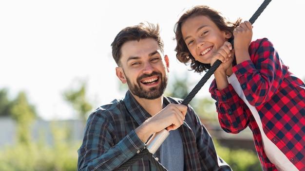 Felice padre e figlio insieme al parco