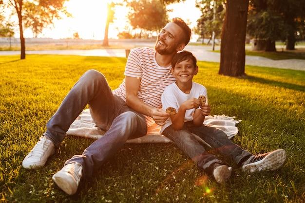 公園で彼の幼い息子と一緒に時間を過ごす幸せな父