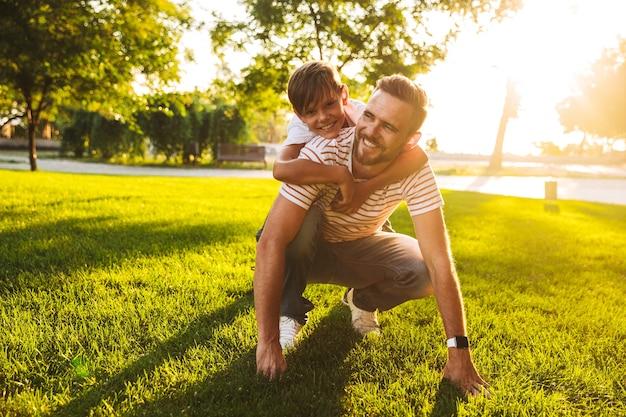 Счастливый отец проводит время со своим маленьким сыном в парке