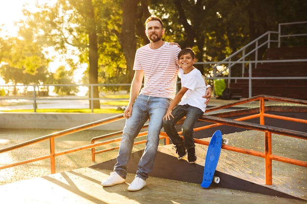 Счастливый отец проводит время со своим маленьким сыном