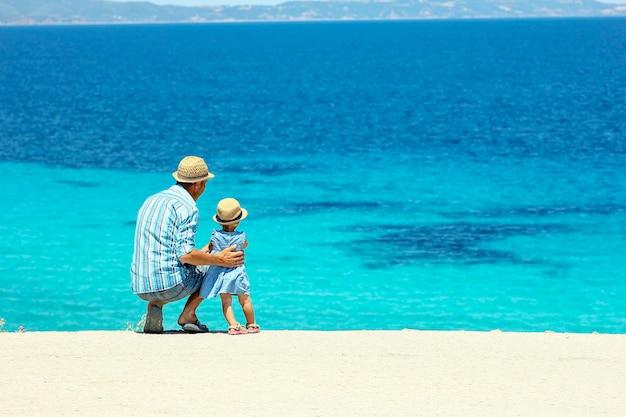 海のそばで子供と幸せな父