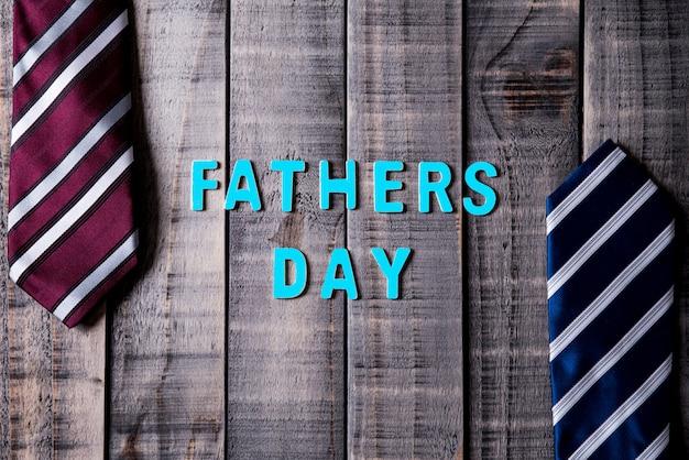 Счастливая концепция дня отцов на темной предпосылке деревянного стола. квартира лежала.
