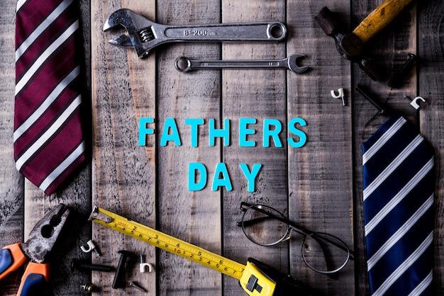 Счастливый день отцов концепция на темном фоне деревянный стол в плоской планировке