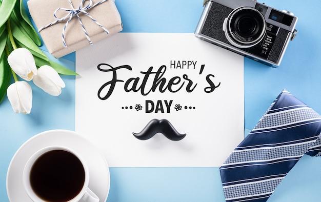 Счастливый день отцов украшение концепции с поздравительной открыткой на пастельно-синем фоне