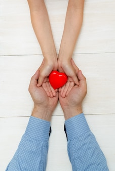 해피 아버지의 날 인사말 카드 흰색 배경에 딸과 아버지의 손에 심장