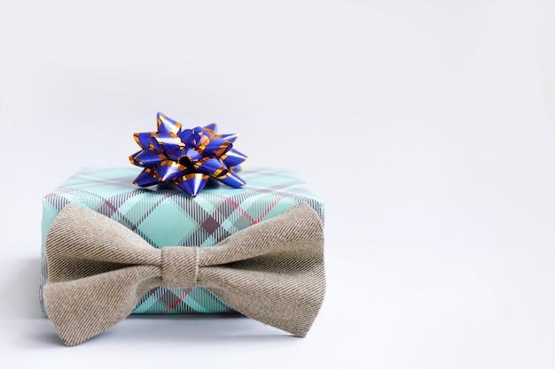 Счастливый день отцов специальный подарок и галстук-бабочка на светлой стене