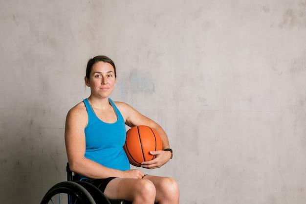 バスケットボールと車椅子で幸せな女性アスリート