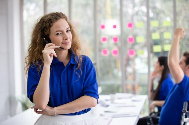콜 센터 팀 비즈니스 및 배달에서 엄지손가락을 보여주는 행복한 여성 고객 서비스 운영자