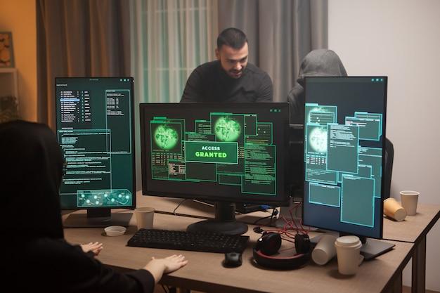 Счастливая женщина-кибер-террористка после взлома брандмауэра получает доступ. кибертеррористы.