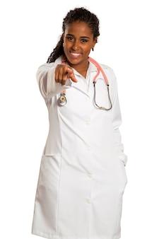 Счастливый женщина-врач, указывая пальцем
