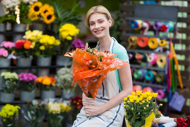 꽃 꽃다발을 들고 행복 한 여성 꽃집