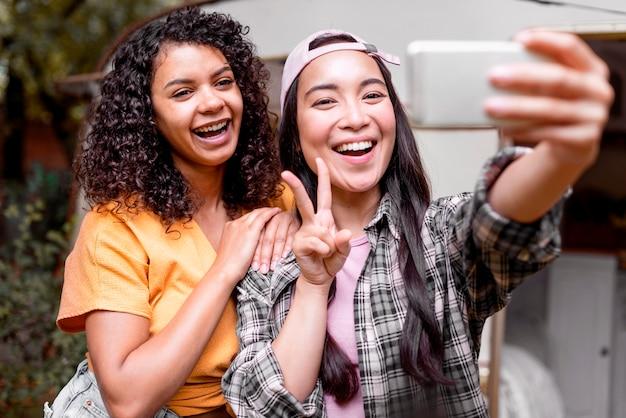 Selfieを取って幸せな女友達