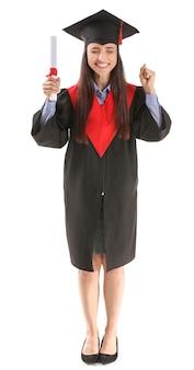 白い表面に卒業証書を持つ幸せな女性の卒業生