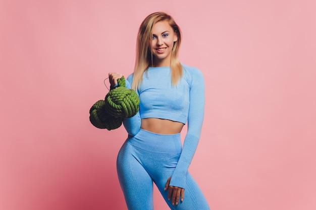 Счастливая женщина фитнеса в спортивной одежде. подходящая и здоровая женщина.