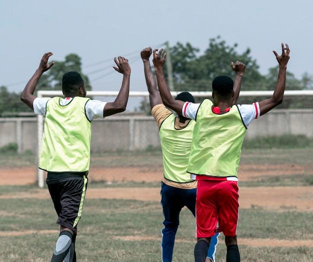 Счастливые футболисты после матча